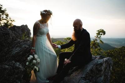 eskuvoi par all a naplementeben a sziklak tetejen a Bukkben