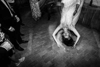 Menyasszony az esküvői buliban