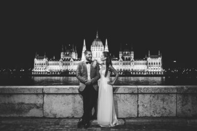 Esti Budapesti képe feketefehérben háttérben a parlament