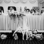 Cipőlopás folyik a kislányok bemásztak az ifjú pár asztala alá