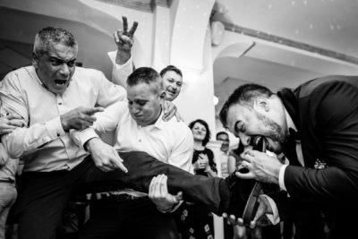 Vicces pillanat bulin vőlegény megharapta egyik barátja lábát ami nemrég gipszben volt még'
