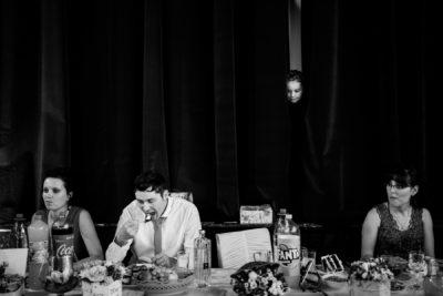 Esküvő bulin torta evés közben kukucskál kislány remek pillanat