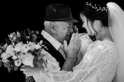 Esküvő menyasszony öleli nagytatát aki könnyezik megható pillanat