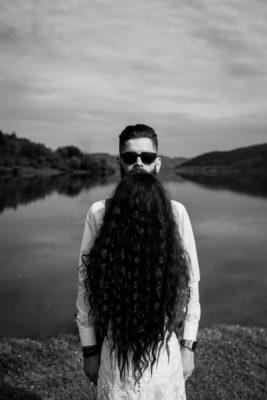 Menyasszony és vőlegény kreatív portré vőélegény szakáála a menyasszony haja