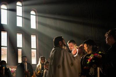 Ortodox szertartás közben csodás napfény süt be a koronák feltevésekor