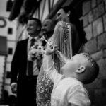 Vicces pillanat a gyerek iszik miküzben folyik a fotózkodás a vendégsereggel