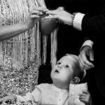 Vicces pillanat a gyerek nézi ahogy szülei felhúzzák a gyűrűket
