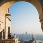 Kreatív fotó Budapesten Halászbástya reggel csodás kilátás menyasszony vőlegény