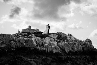 Fekete fehér kreatív fotó menyasszony és vőlegény a sziklán