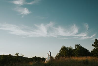 Naplementés, fátyolfelhős esküvői kép