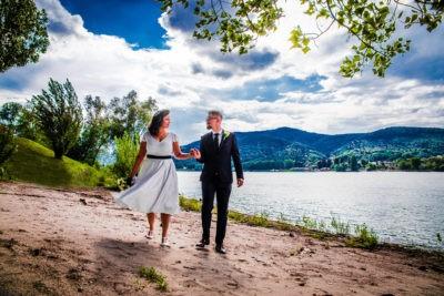 Dunaparton sétáló pár