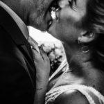 Érzékien csókolózó pár Székesfehérváron