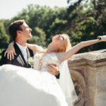 Menyasszony a vőlegény ölében