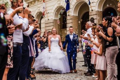 Sopron főterén sétáló házaspár