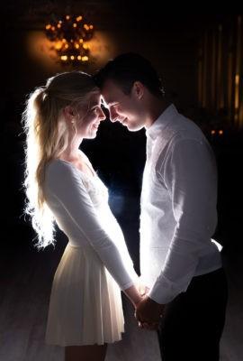 Szerelmes házaspár egymás szemébe néz