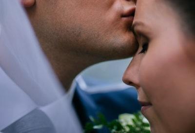 Szerelmes puszi a menyasszony homlokára