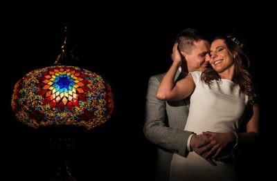 Török lámpás előtt pózoló házaspár