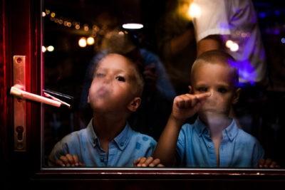 Gyerekek rajzolnak a párás ablakra
