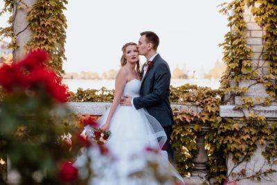 A menyasszony és a vőlegény a Várkert Bazárban a rózsák között.