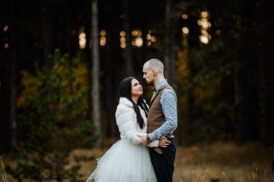 Kreatív esküvői fotózás egy fenyvesben.