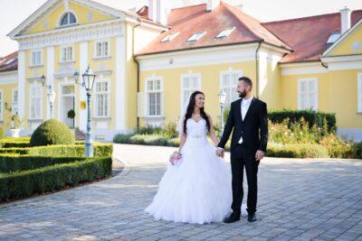 Hertelendy Kastély előtt sétál az ifjú pár