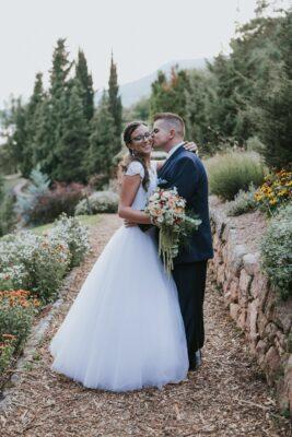 menyasszonyt puszilja a vőlegény a folly arborétumban