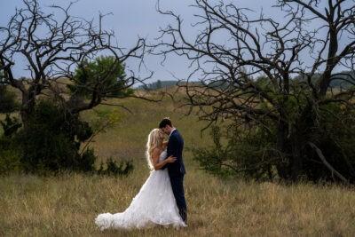 Esküvői kreatív fotózás az esőben