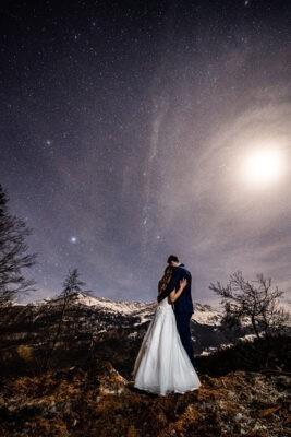 Kreatív fotózás Svájcban a csillagok alatt hegyekkel a háttérben